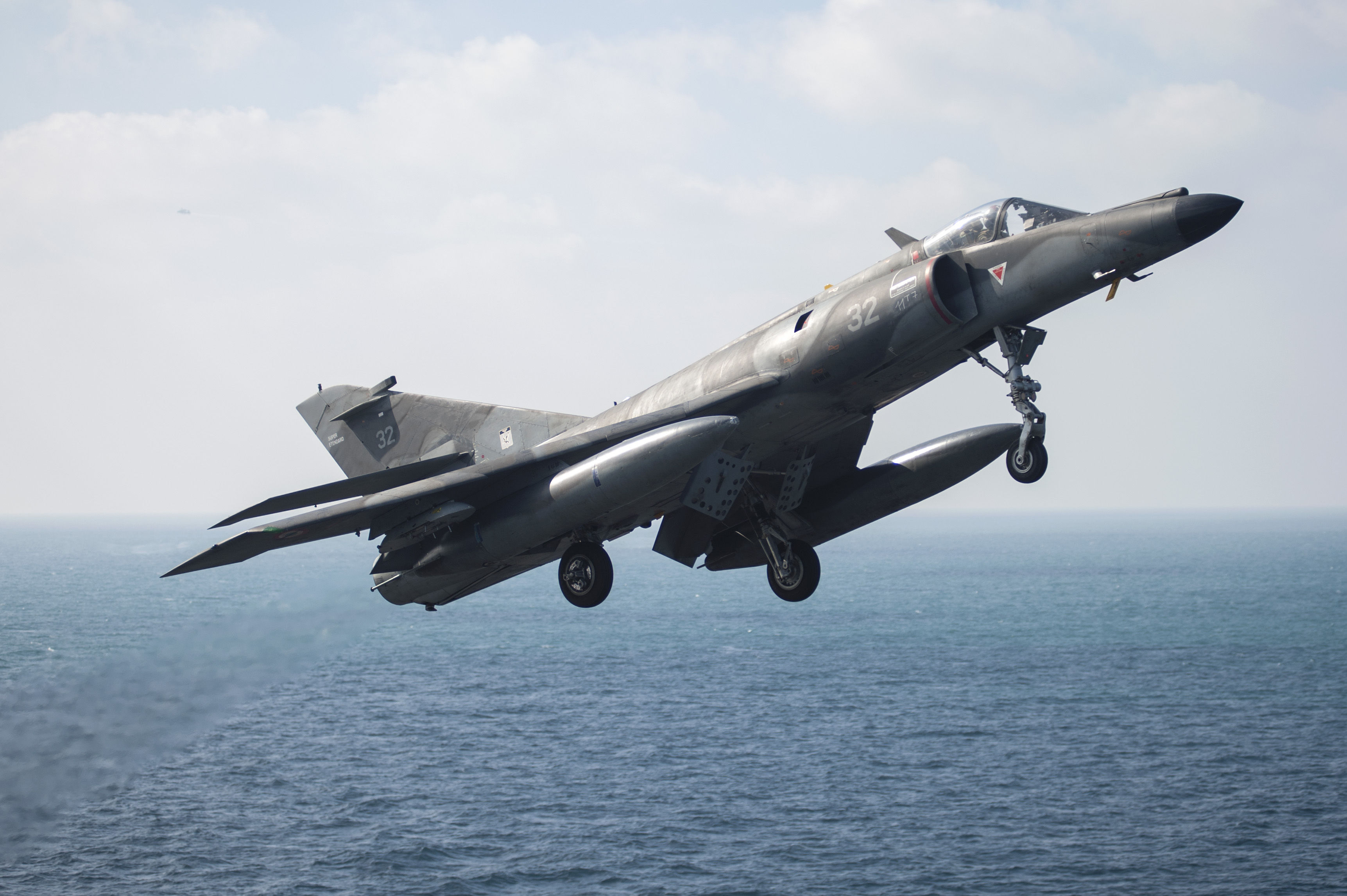 Un Super-Etendard survole l'USS Harry S. Truman